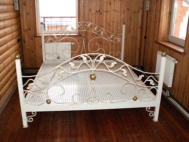 Искусственно состаренная металлическая мебель