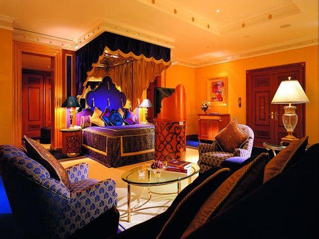 комната в марокканском стиле с использованием персиковых оттенков]