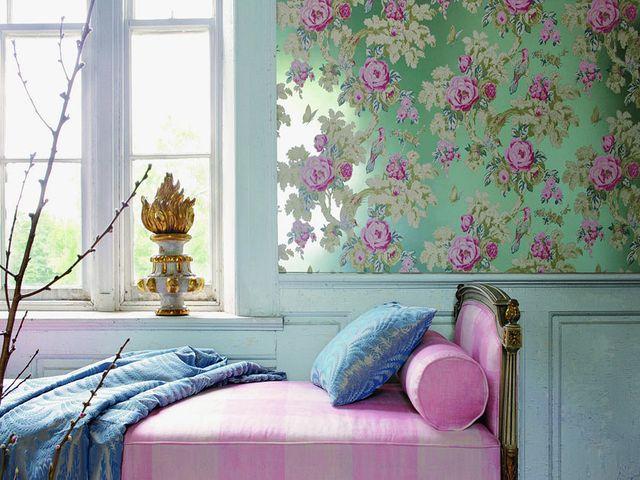 Цветочные обои с деревянными панелями