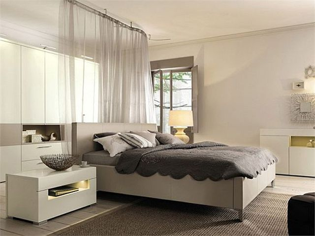использование ширмы для отделения спальной зоны