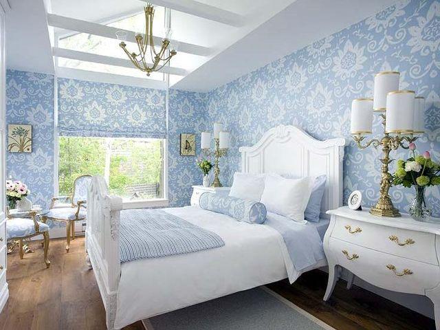 Нежно-небесные оттенки и барочная спальня