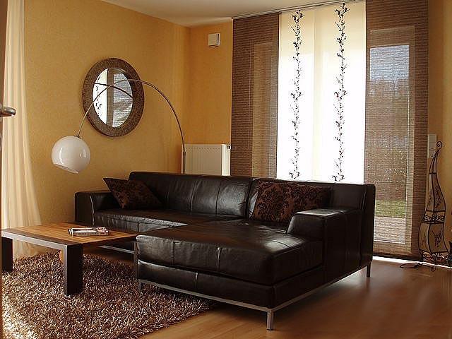 гостиная в коричневых тонах выглядит солидно