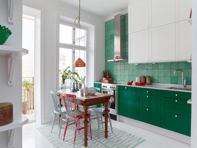 Зелёная с белым кухня