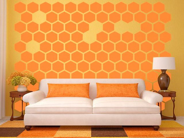 яркие оранжевые диванные подушки в интерьере гостиной