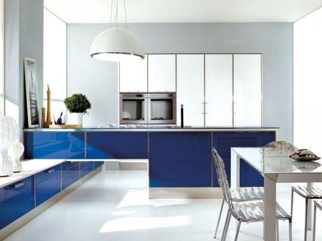 Синяя с белым кухня