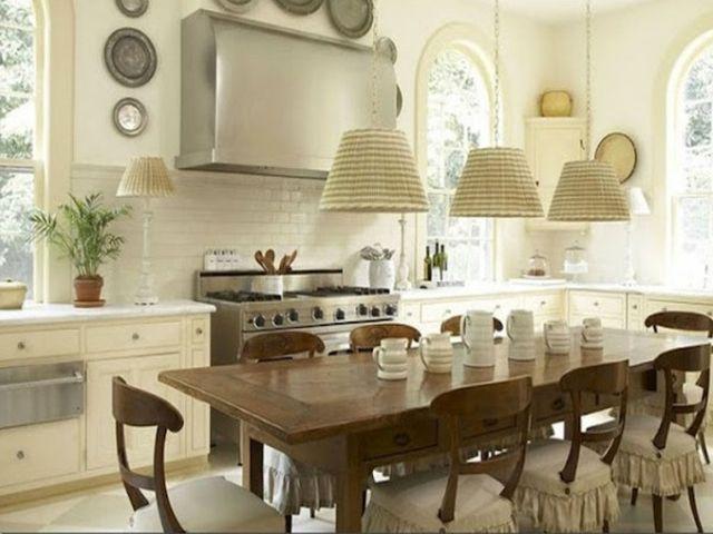 не забудьте добавить на вашу прованскую кухню люстру в тканевом абажуре