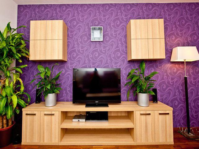 светлая мебель на фоне фиолетовых обоев