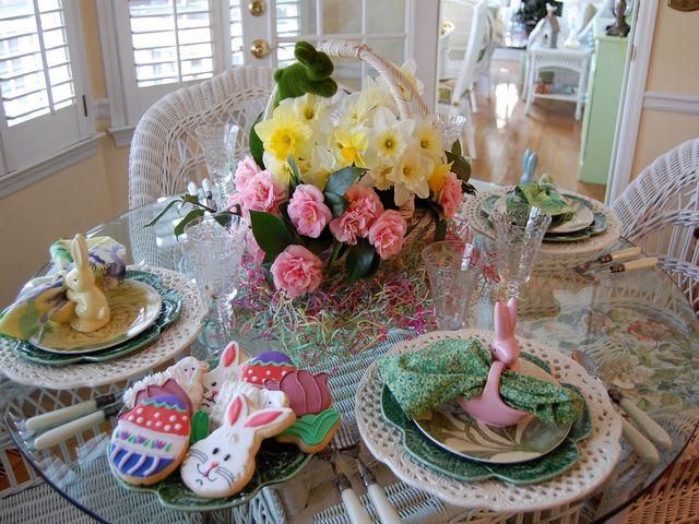 декорация пасхального стола с помощью силиконовых цветов