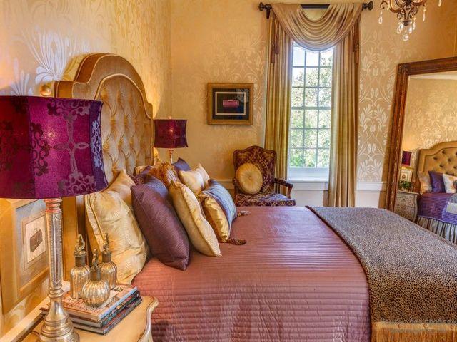 Комната в стиле рококо с пурпурными аксесуарами