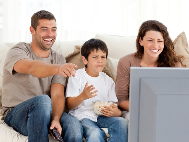 Семья в зале за просмотром