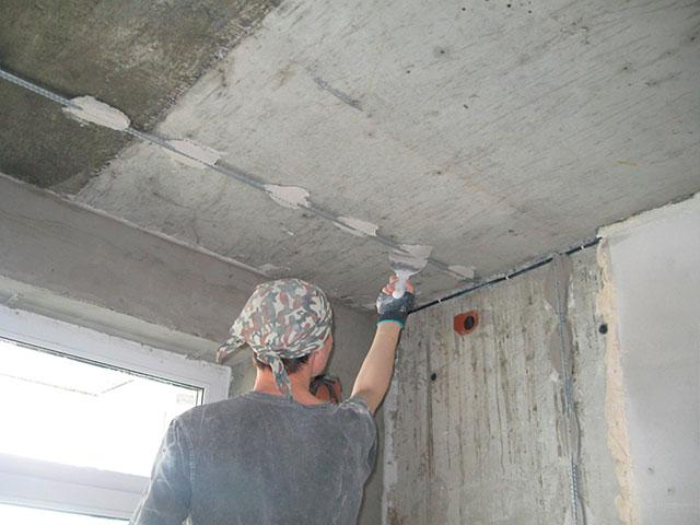 Выравнивание потолка штукатуркой