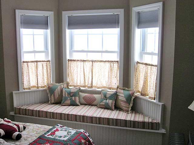 диваны на окнах или встроенные в стены кровати