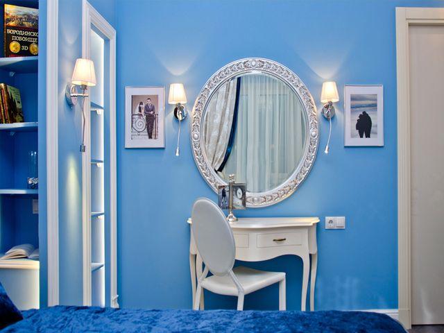 добавьте в интерьер синей спальни несколько зеркал