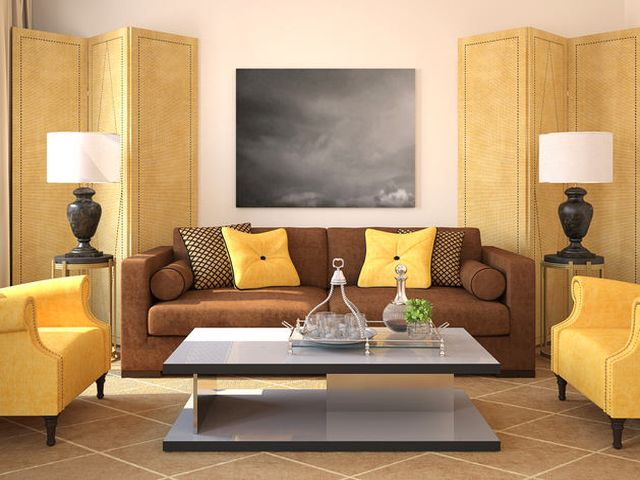желтый и коричневый – хорошее решение для очень просторной гостиной