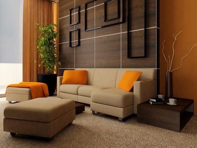 Бежевый диван с яркими подушками