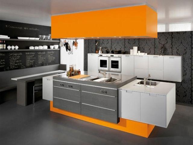 кухня в серых и оранжевых оттенках