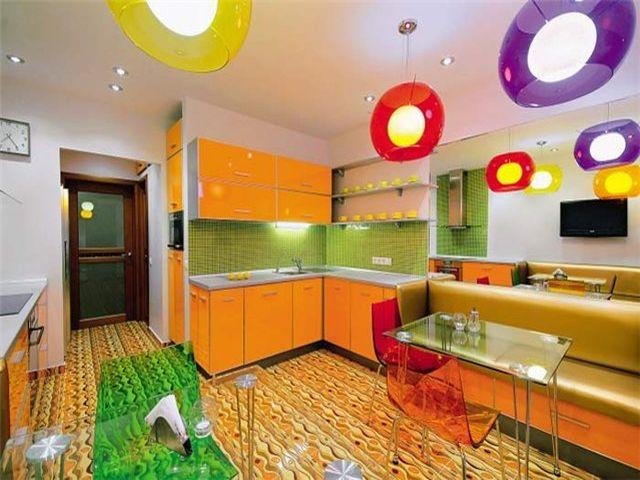 Интерьер кухни с применением салатового, оранжевого и белого цветов