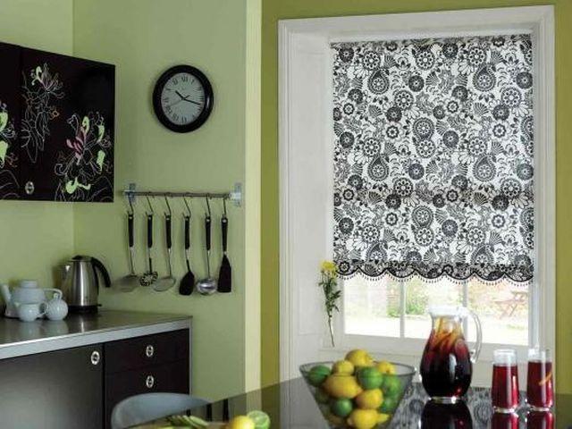 черно-белые короткие занавески на кухне