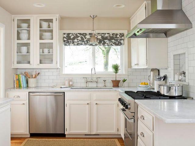 белый цвет в интерьере маленькой кухни