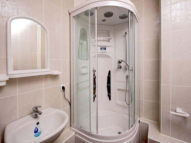 душевая кабинка в интерьере маленькой ванной комнаты
