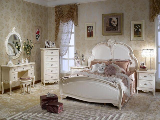 Кровать в спальне, оформленной во французском стиле