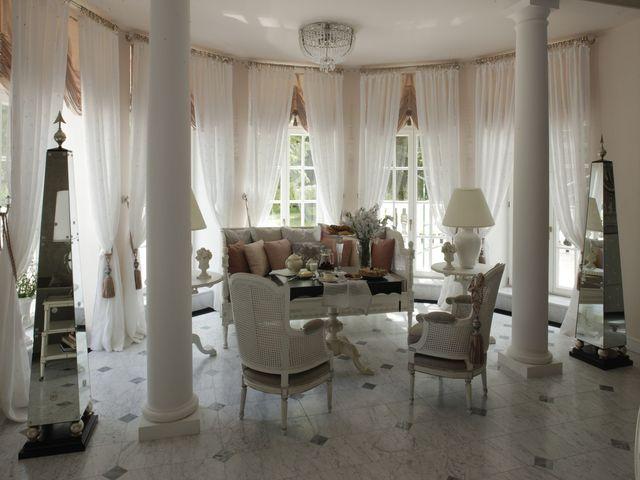 Гостиная во французском стиле с окнами от пола до потолка