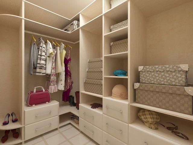 небольшая гардеробная комната в кладовке