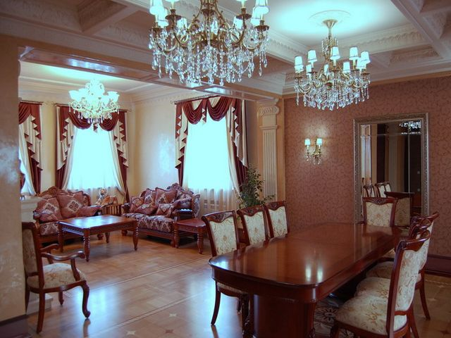 Классическая люстра в дворцовом стиле