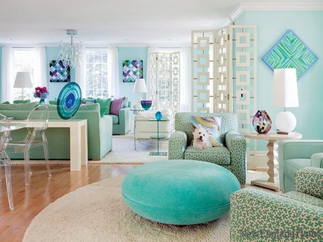 Светлая гостиная квартиры в бежево-зелено-голубых тонах