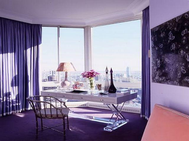 строгие фиолетовые шторы в кабинете