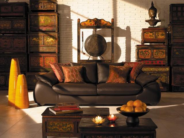 роскошный диван в интерьере испанской гостиной