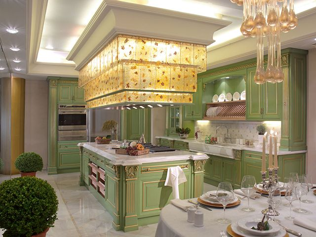 дорогая кухня в зелено-золотых тонах