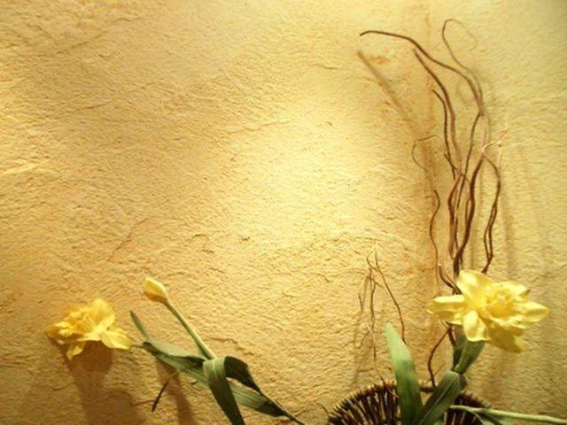 Штукатурка стен с явно выраженными дефектами в стиле прованс