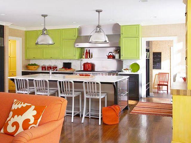 кухня-гостиная в оранжево-зеленых тонах