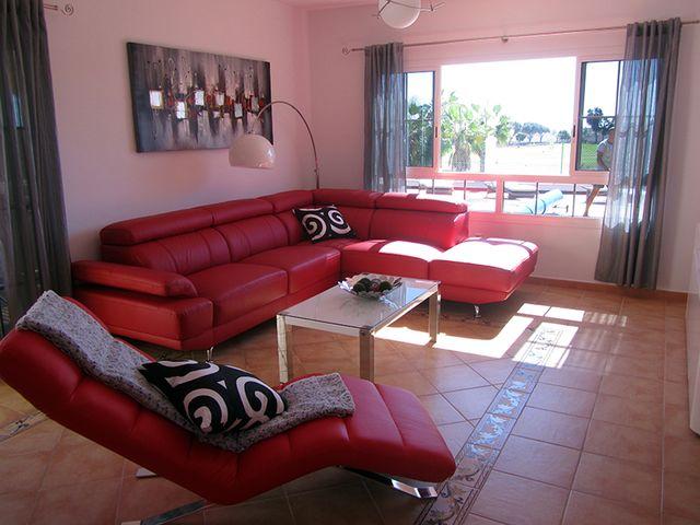 красная мягкая мебель в гостиной