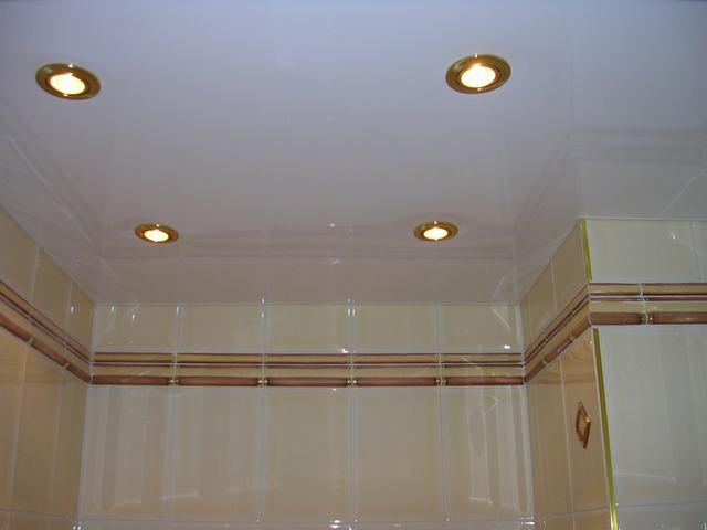 натяжной потолок со встроенными светильниками в ванной