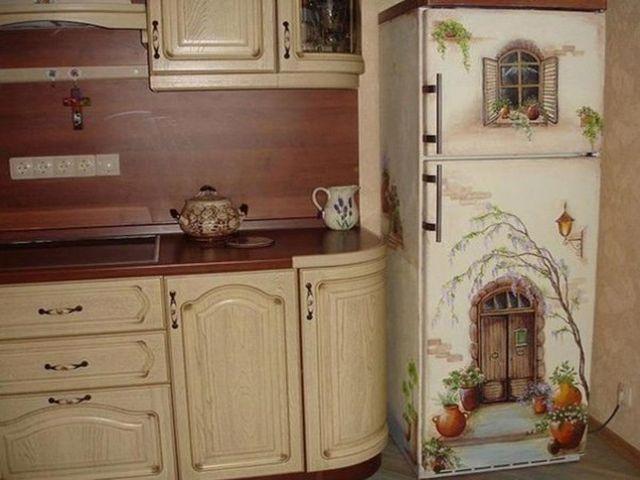 ярко-раскрашенный холодильник