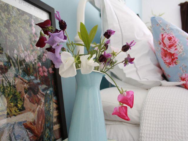искусственные цветы в интерьере спальни