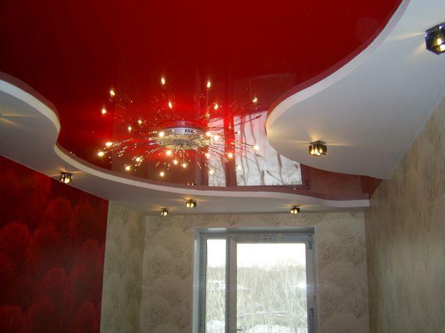 Плавные изгибы подвесного потолка со вставкой натяжного