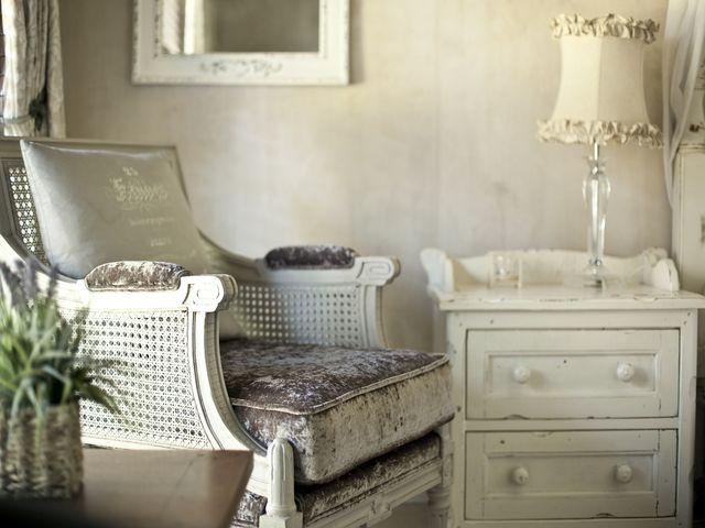 Комод с резными элементами в гостиной стиля прованс