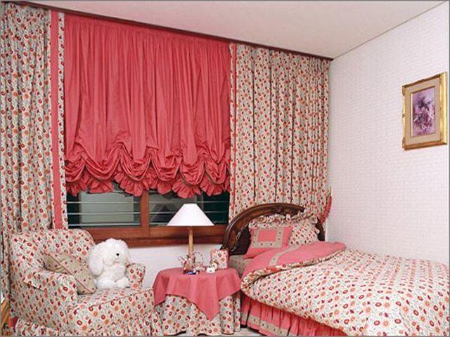 маленькая комната со шторами в мелкий цветочек