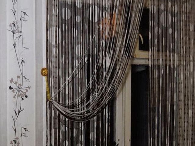 нитяные черно-белые шторы в интерьере