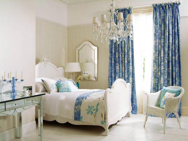 Голубые батистовые шторы в стиле модерн в интерьере спальни