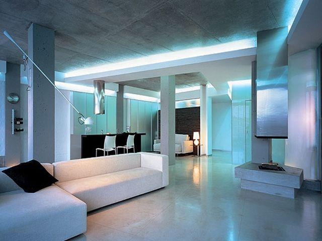 Голубая подсветка потолка в стиле хайтек