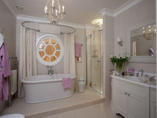 очень просторная ванная комната в американском стиле