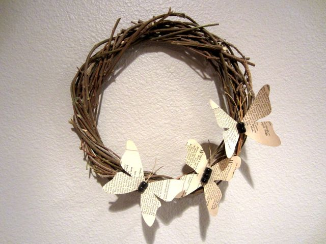 венок из веток с бабочками