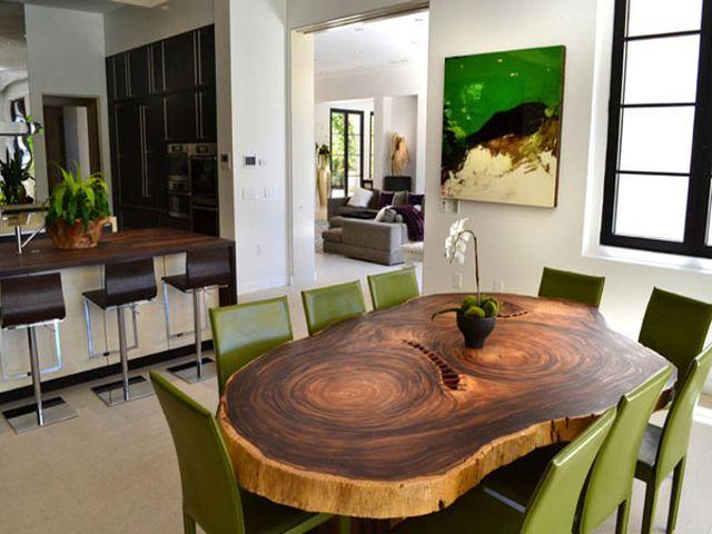 просторный деревянный стол в баварском интерьере