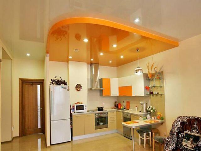 двухуровневый потолок на европейской кухне
