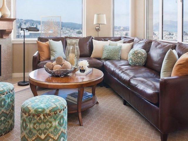 кожаный диван в эклектическом интерьере