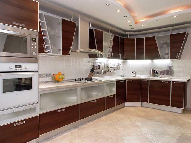 кухня в европейском стиле с современной бытовой техникой